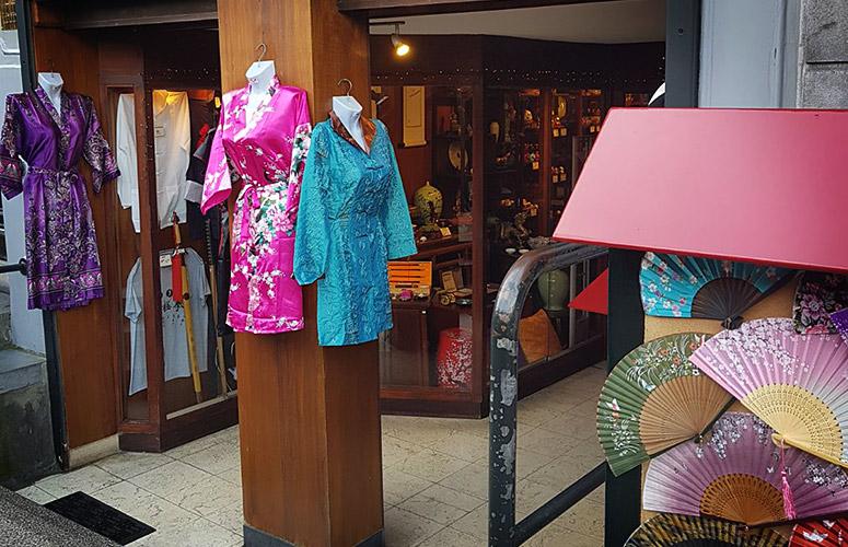 Satin Kimonos, Amsterdam